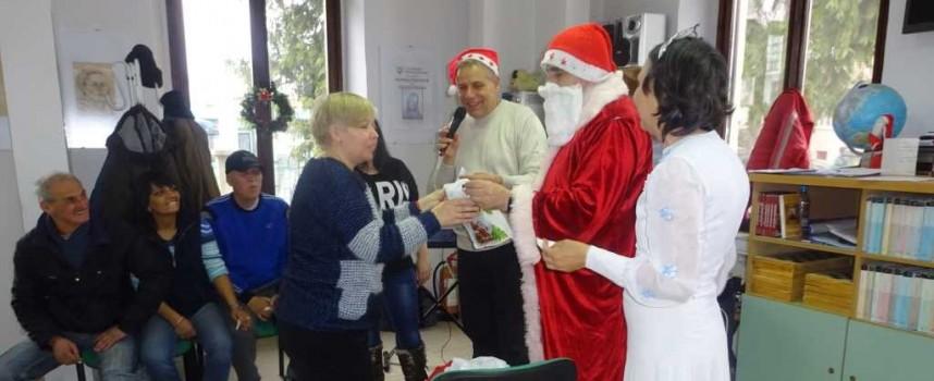 """Център """"Човеколюбие"""" празнува Коледа с клуба от Стрелча"""
