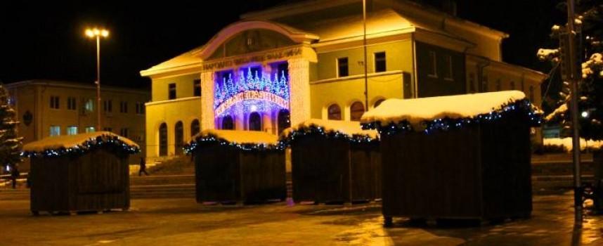 Злосторници разбиха Коледна къщичка от базара в Панагюрище