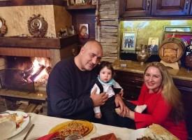 Бойко Борисов показа внуче и честити на феновете във фейсбук