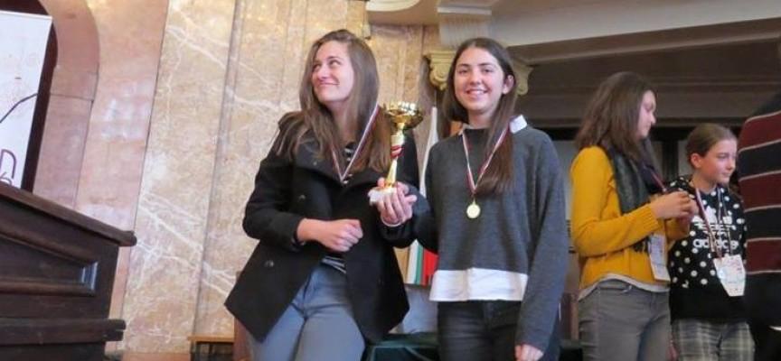 Eлия Панчова и Ива Комсийска спечелиха турнир за начинаещи дебатьори