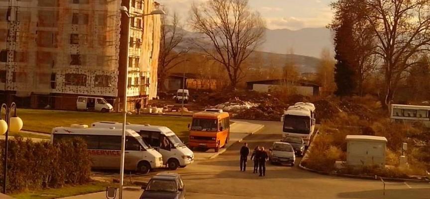 Читателска връзка: Паркират където им падне, автобусите – също