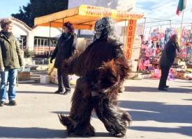 Кукерското шествие във Варвара прогони злото, топлото време доведе рекорден брой хора