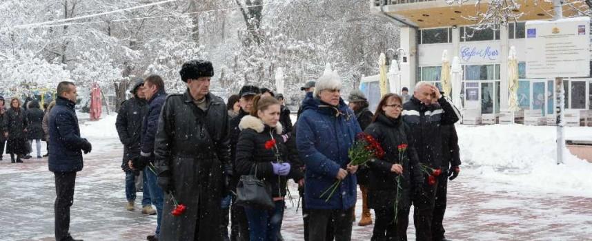 Граждани и политици се поклониха на Христо Ботев