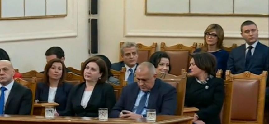 Депутатите не внимаваха по време на речта на Радев, Борисов си човърка телефона