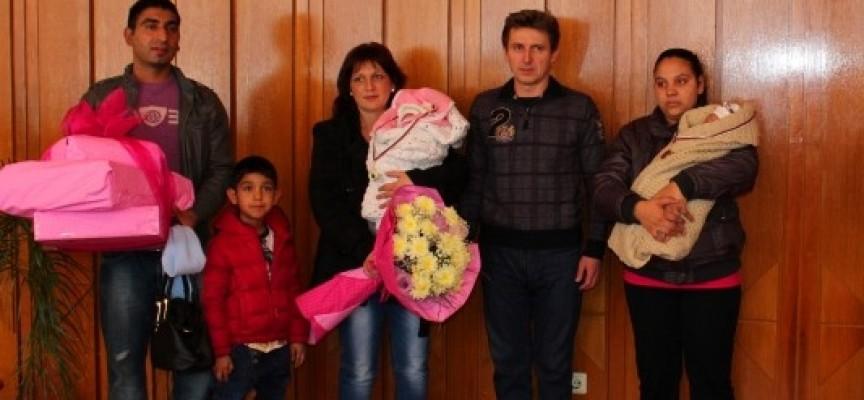 Панагюрище: Зам.кметът Георги Павлов ориса първото бебе за тази и последното за миналата година