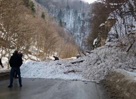 Свлачища затвориха за часове пътищата към планината