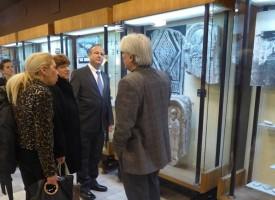 Американският посланик разгледа експозицията на музея в Пазарджик