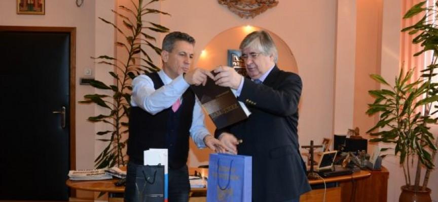 Кметът на Пазарджик прие посланика на Русия, дари го с уникална книга