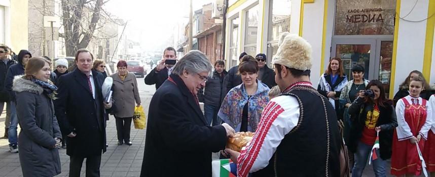 """Посрещнаха руския посланик с хляб, сол и """"Чудесия"""""""