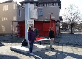 Патриотизъм в действие: Ученици на стража пред паметника на Ованес Съваджиян