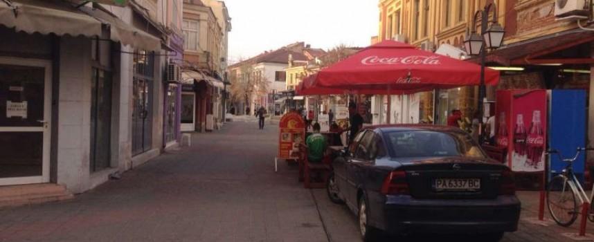 Пазарджиклии: Обърнаха пешеходната зона на паркинг