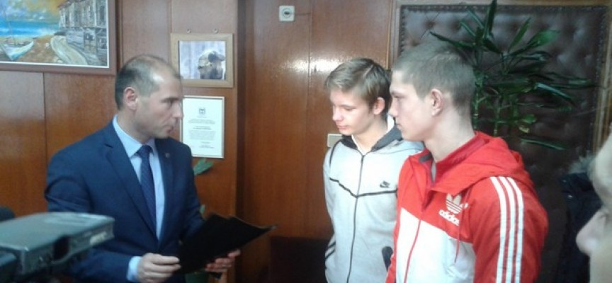 Наградиха две момчета спасили жена от грабеж в Бургас