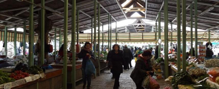 На пазара: Клиенти роптаят срещу тъмнината
