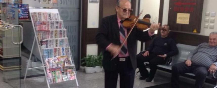 Пролетно настроение: Цигуларят Асен Марчев зарадва пътници на Автогара Пазарджик