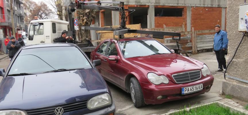 Чудо в Пазарджик: Паякът вдигна мерцедес от центъра