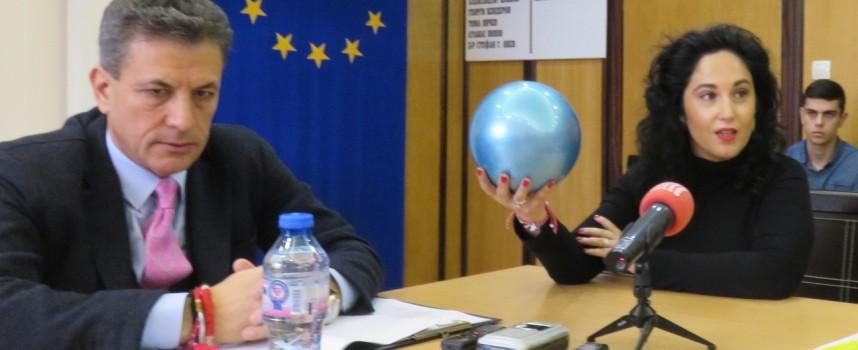 Роклята на Радина Думанян, шалове на Ваня Христова и топката на Рени Камберова отиват на търг