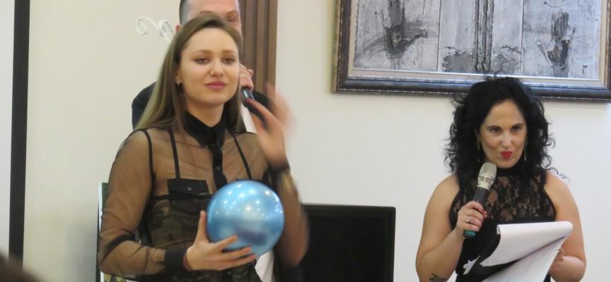 Адвокат Петя Кърпарова купи топката на Рени Камберова на благотворителния търг, събрахме 10 500 лв.