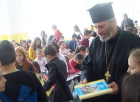 """Септември: Началният курс на СУ """"Христо Ботев"""" получи детски Библии за Великден"""