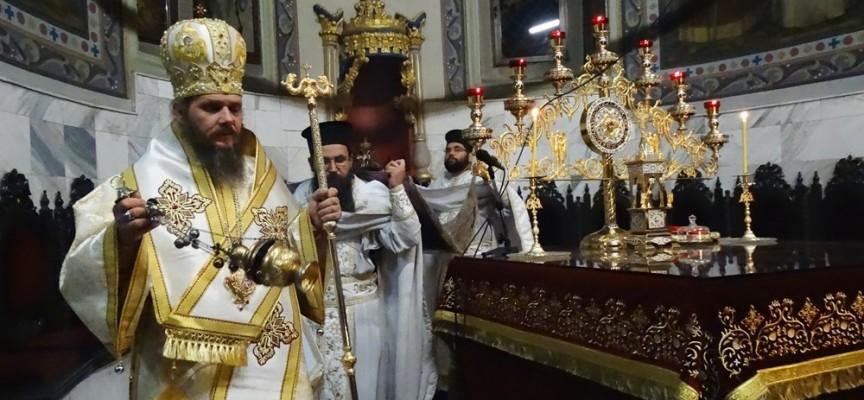 """Стотици миряни минаха под плащеницата в """"Успение Богородично"""" снощи"""
