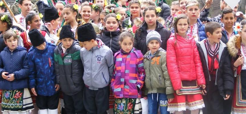 """200 деца озариха """"Клептуза"""" на Втория детски фолклорен фестивал във Велинград"""