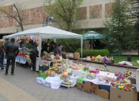 Майките отвориха благотворителния Великденски базар пред Музея