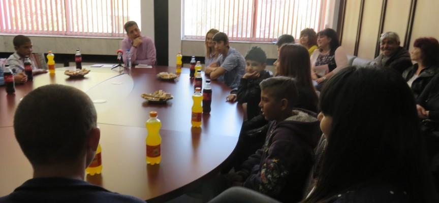 Тодор Попов се срещна с децата, на които е настойник