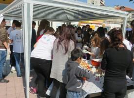 Младите червенокръстци боядисваха яйца на площада