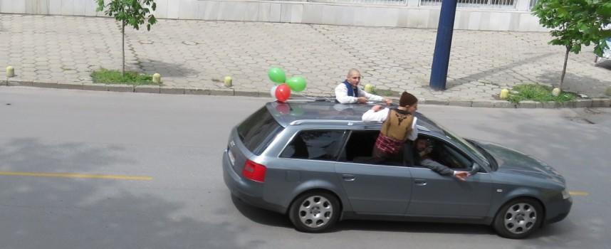 Абитуриенти с народни носии обикалят града