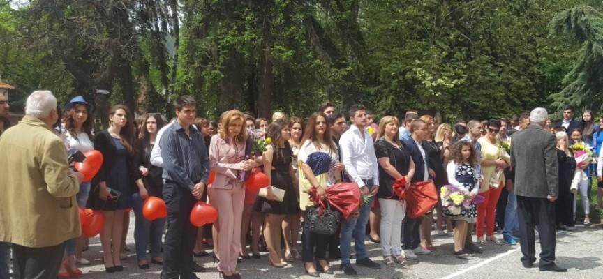 "Велинград: ПГИТ ""Алеко Константинов"" изпрати своите зрелостници"