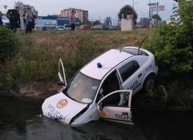 Кола с абитуриентки засече полицейски опел, вкара го в канала