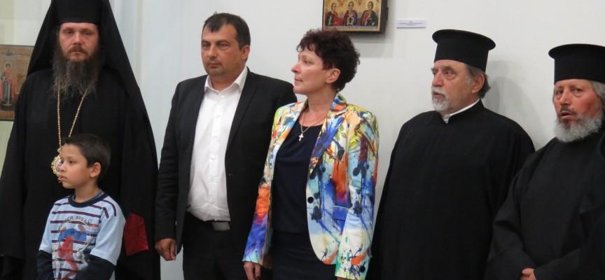 Новата зала на Музея се оказа тясна за желаещите да видят църковната изложба
