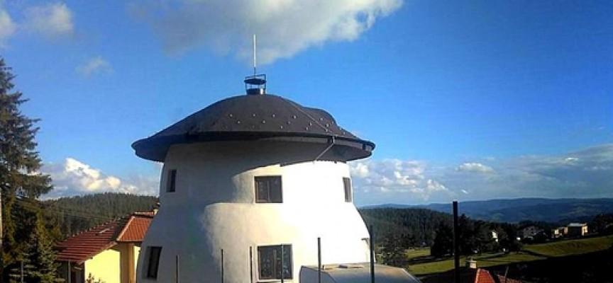 """Къща с формата на манатарка """"поникна"""" на Юндола"""