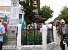 Ветрен: Ветерани и деца почетоха Ботев пред войнишкия паметник