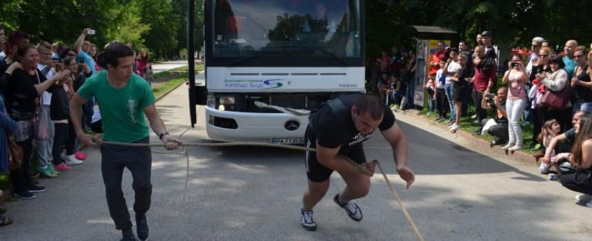 Бокс в спортната зала, силни мъже теглят бетоновоз на Острова