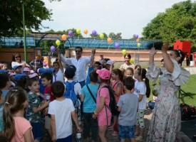 Деца си правят селфита при кривите огледала на Острова