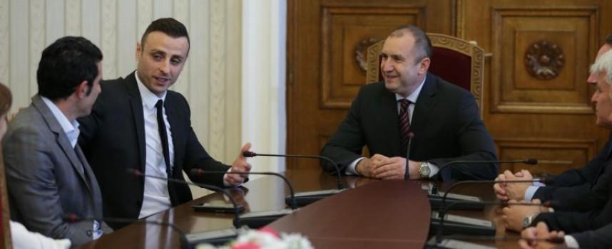 Преди президента Радев, пазарджиклията Христо Тодоров стисна ръцете на Луиш Фиго