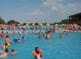 Адската жега напълни плажовете в областта, пийте вода и носете шапка