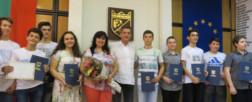 """Пазарджик: Отборът от Олимпиадата по информационни технологии на МГ""""К.Величков"""" с награди от кмета"""