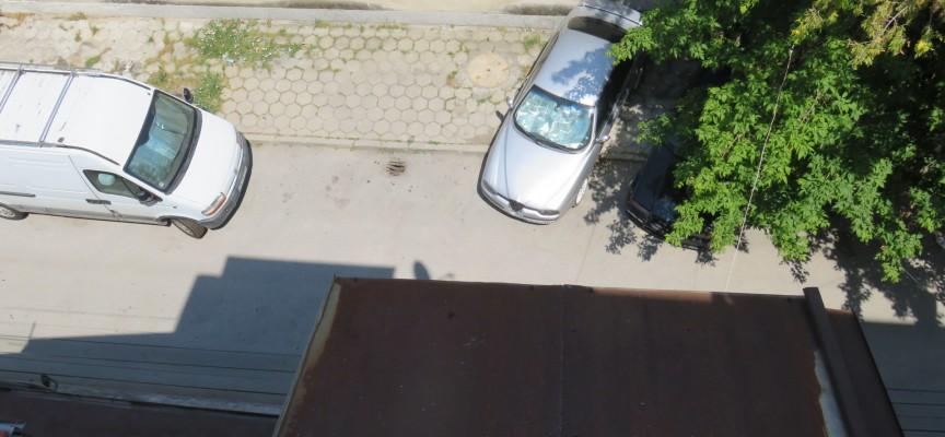 Жители на ул. Янтра искат джобове за паркиране на неизползваем тротоар