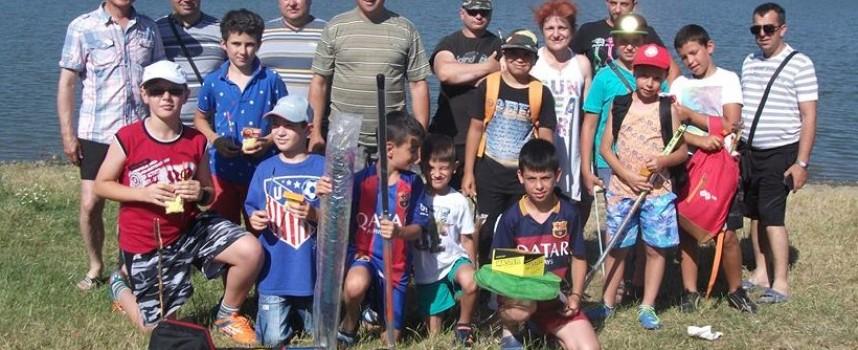 """Панагюрище: 10 деца ловиха риба, защото """"С въдица и кука няма скука"""""""
