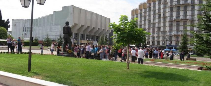 Поднасяме цветя пред паметника на Апостола
