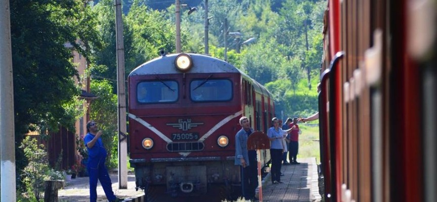 Само един локомотив тегли теснолинейката, туристи се отказват от пътешествие – не искат автобус