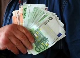 Септемврийски полицаи върнаха 6000 евро на двойка забравила парите в заведение
