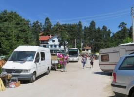 Гости на събора на Атолука задигнаха сушени манатарки