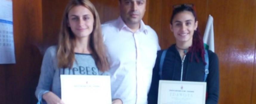Симона и Стела Нешеви получиха грамоти и награда за стореното от тях добро