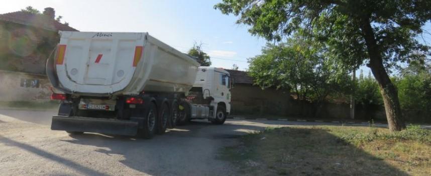 Въпреки забраната тежки камиони минават по моста в Бошуля