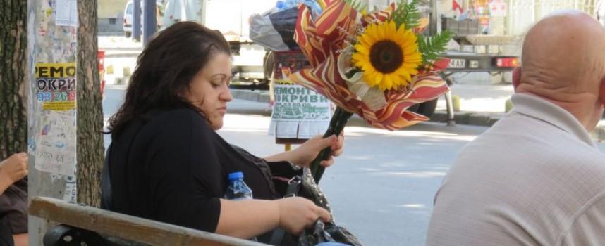 Жени с букети за учителките красят центъра на Пазарджик