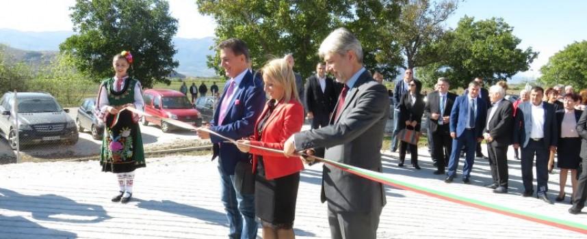 Кметът Тодор Попов, министър Нено Димов и шефката на ПУДОС Ренета Колева резнаха лентата на депото