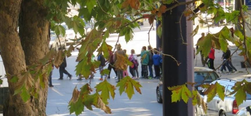 Върволица от ученици затапи ул. Хан Крум за пет минути
