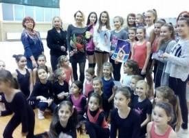 """Златната Рени Камберова зарадва фенове в зала """"Младост"""""""